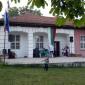 Сцената пред строто училище